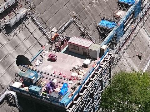 トンネルの中に2本のレールが伸びる4月の作業構台