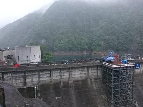 雨の中の五十里ダム