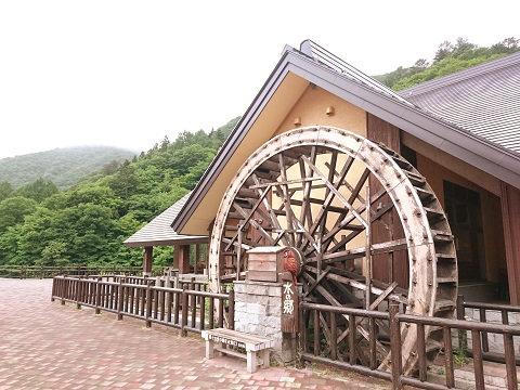 水の郷湯西川にある大きな水車
