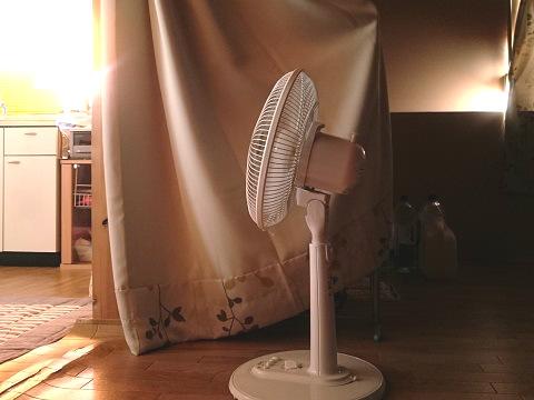 扇風機で居間へ風を送る