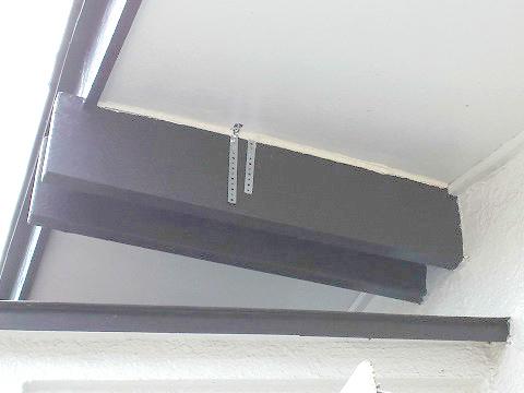 軒天のすき間を曲板とシーリング材でふさぎました