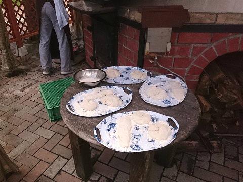 成形したパン生地を持って薪窯に移動