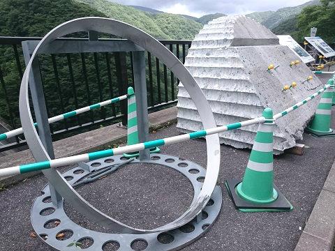 五十里ダム見晴台にあるコンクリートと大きな輪