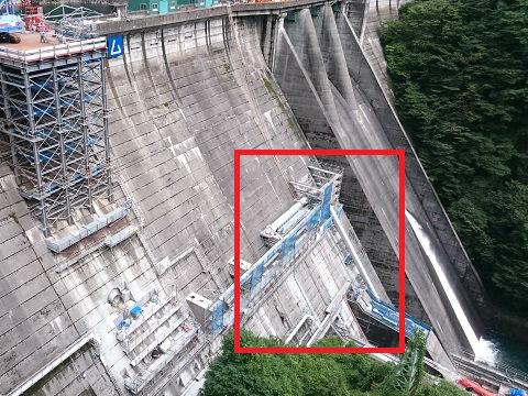 工事中の五十里ダムと放流管