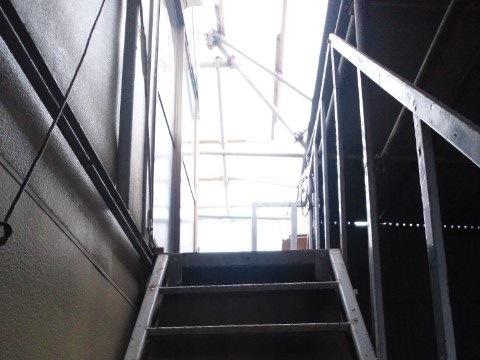 プレハブ倉庫の2階