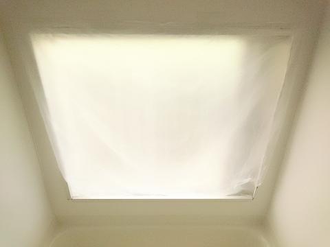 すき間にポリ袋の下側を入れて浴室の断熱完成
