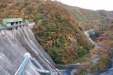紅葉と五十里ダム下流側