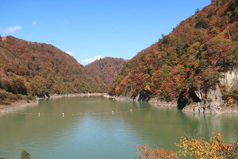 五十里湖と秋の山