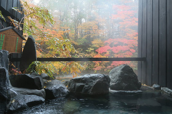 貸切露天風呂と紅葉(湯西川温泉 平家の庄)