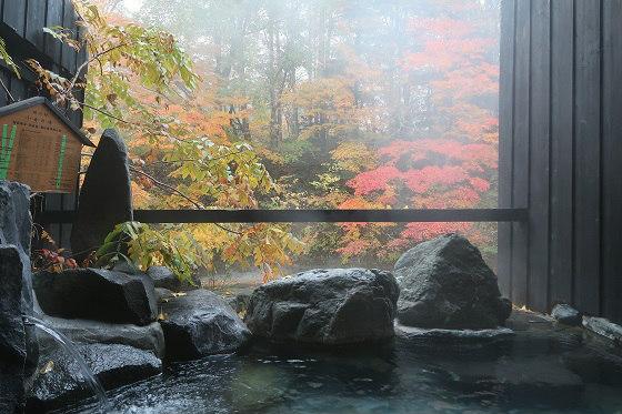 貸切露天風呂と紅葉(湯西川温泉 揚羽 旧:平家の庄)