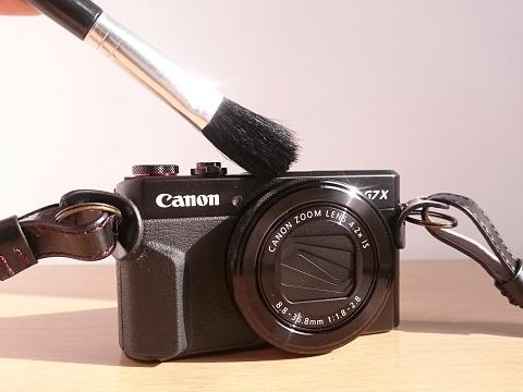 ダストブラシでカメラ全体のゴミやホコリを取りのぞく
