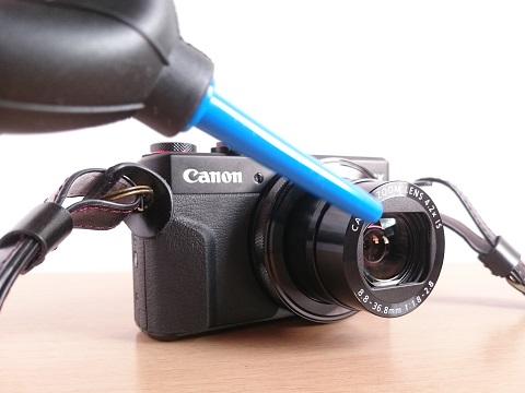 パワーブロワーでカメラに付いた細かいホコリを吹き払う