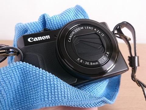 仕上げにカメラ全体をマイクロファイバークロスで拭く