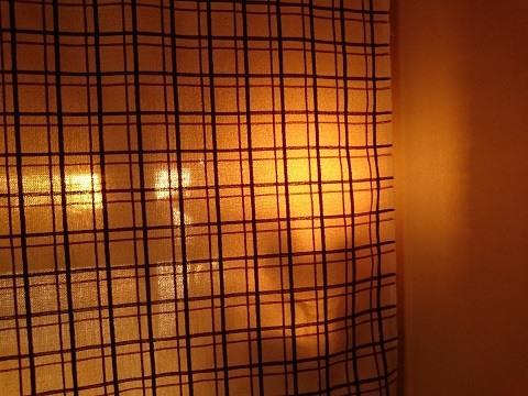 夕陽がさす倉庫の自宅 洗濯機上の収納