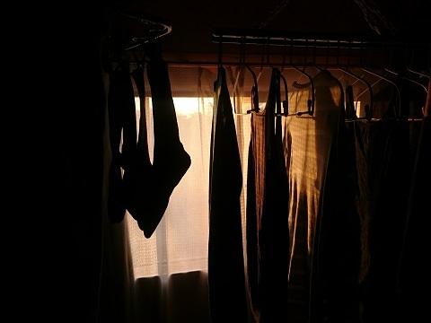 冬の夕陽と室内干しの洗濯物