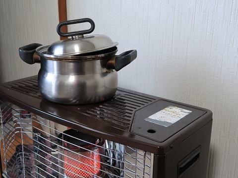実家の石油ストーブで黒豆を煮ているところ