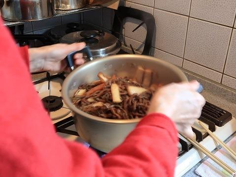 ゼンマイの煮物を作る母
