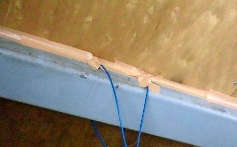 天井にガムテープで目張りをして機密性アップ