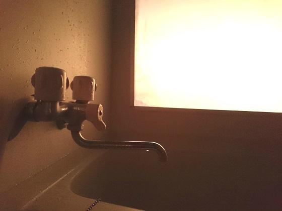 プレハブ倉庫の2階にあるお風呂の蛇口
