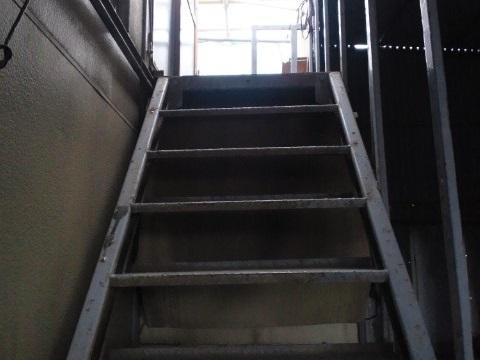 プレハブ倉庫の階段