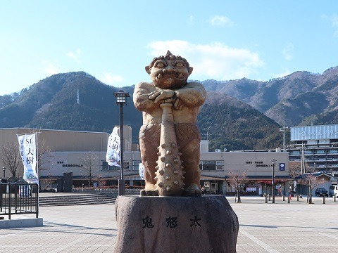 鬼怒川温泉駅前にある鬼怒太の像