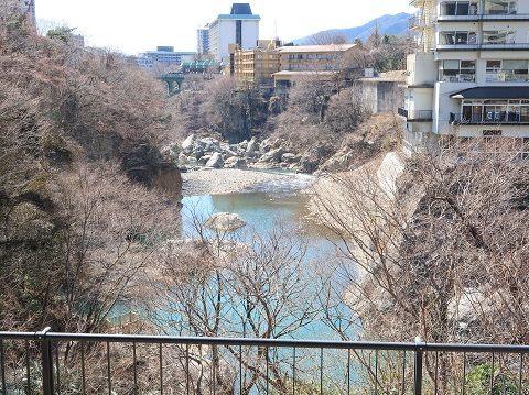 鬼怒川温泉の足湯 鬼怒子の湯から見た鬼怒川渓谷