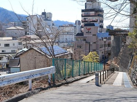 湯の街公園駐車場の奥にある階段