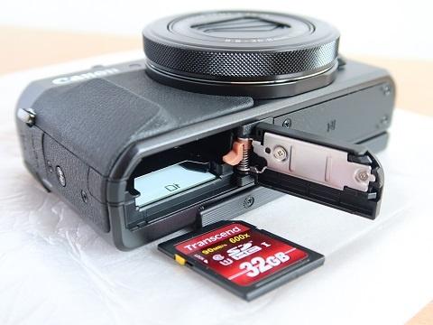 カメラにSDカードを入れる