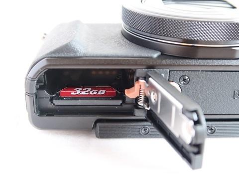 カメラにSDカードを入れました
