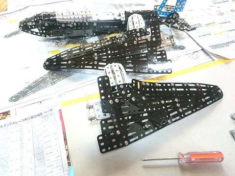 デルタックス レース飛行機 DH88 胴体に主翼を取付けて完成