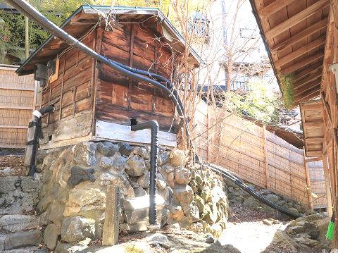 湯西川温泉 薬師の湯の前にある小屋