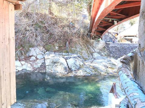 薬師の湯の前を流れる湯西川と湯前橋