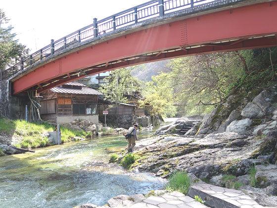 湯西川と湯前橋、薬師の湯