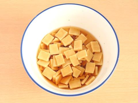 めんつゆに高野豆腐を入れる