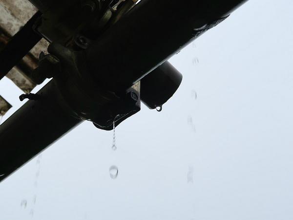 軒先から落ちる雨粒