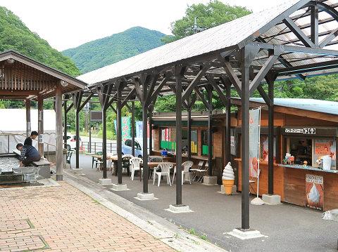 道の駅湯西川の足湯と売店