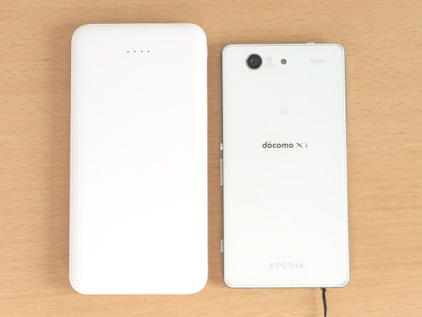 モバイルバッテリーとスマホの大きさ比較