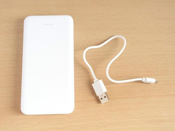 モバイルバッテリーと同梱の充電ケーブル
