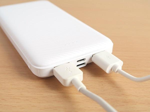 モバイルバッテリーで2台同時に充電可能