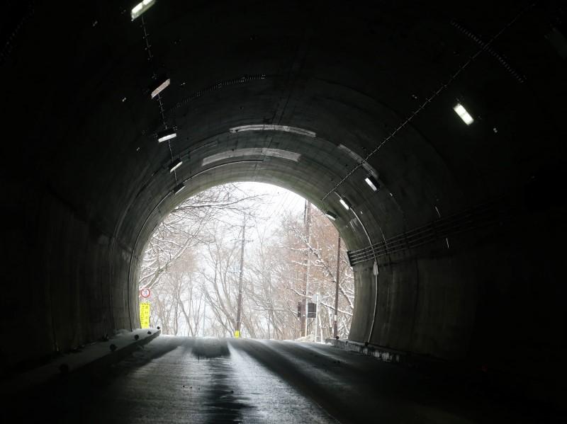 トンネルから見る雪景色