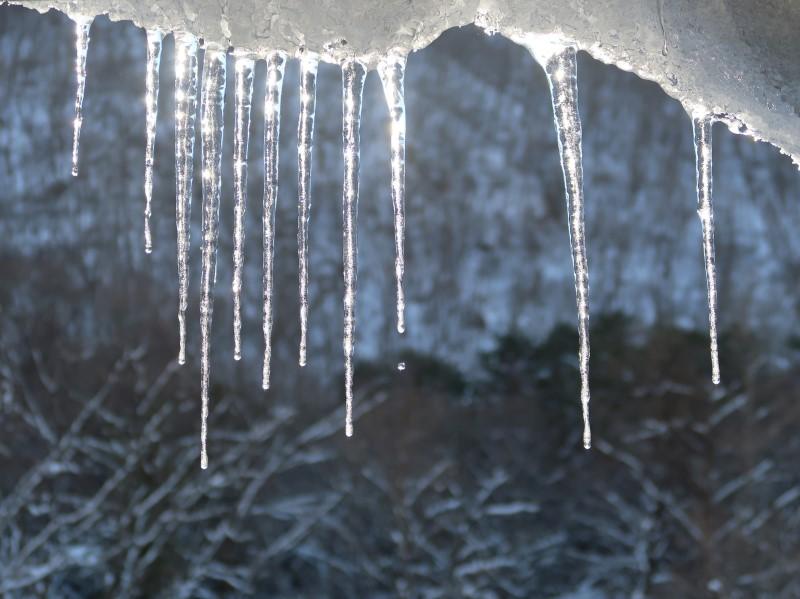 朝日に輝くつらら。湯西川温泉「揚羽」