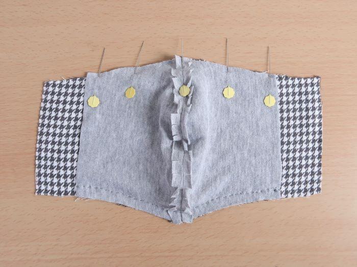 ぬいしろをアイロンで割り、表地と裏地を中表で縫い合わせる