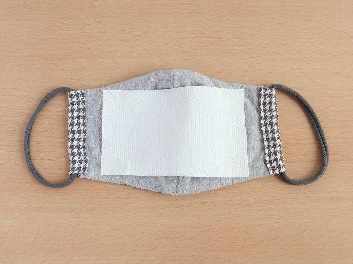 内側にキッチンペーパーを貼った布マスク