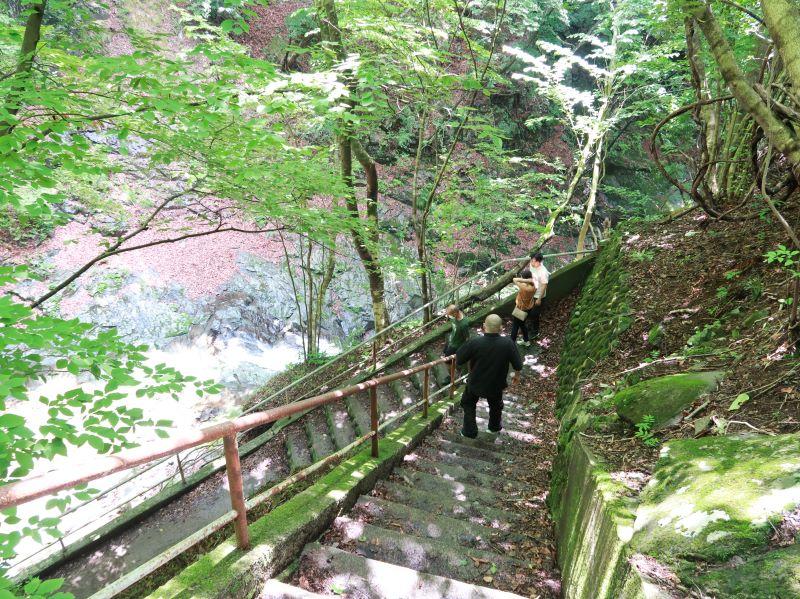 太閤下ろしの滝へと続く階段