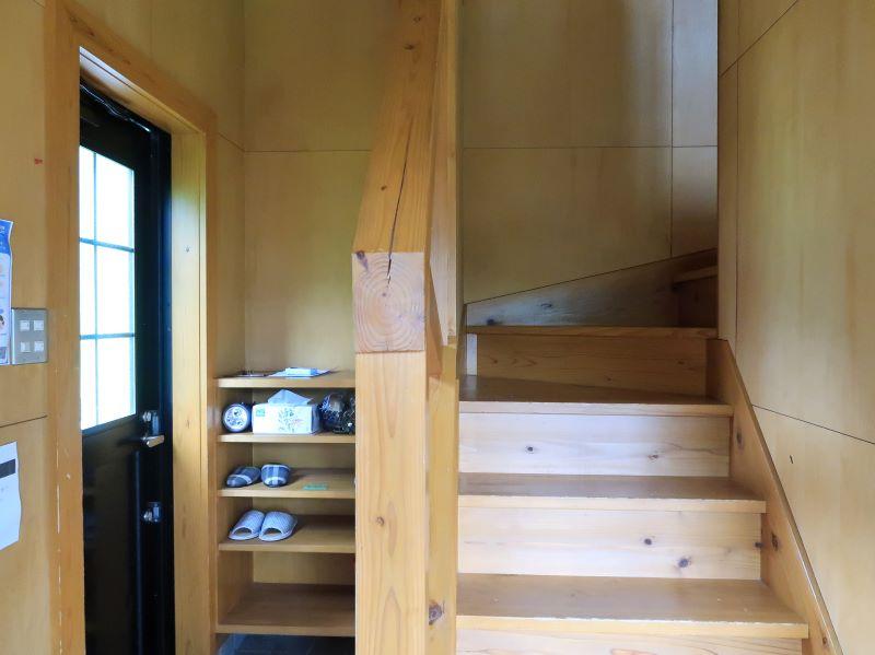 玄関と階段 みよりふるさと体験村男鹿の湯コテージ