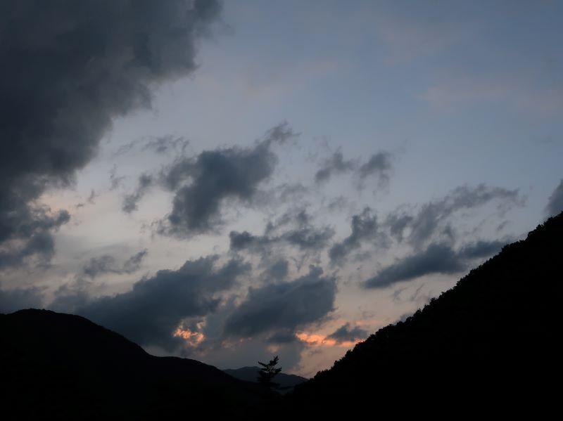 山に落ちる夕日 みよりふるさと体験村男鹿の湯