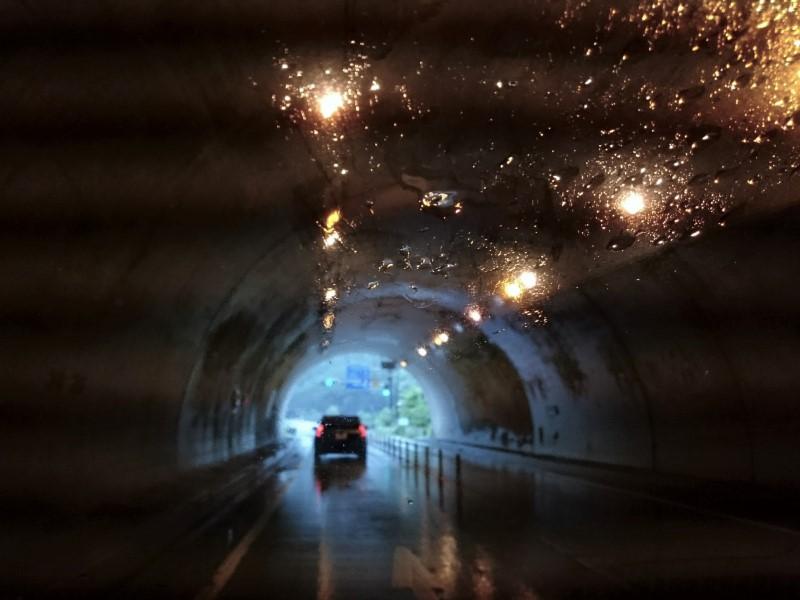トンネル(雨)