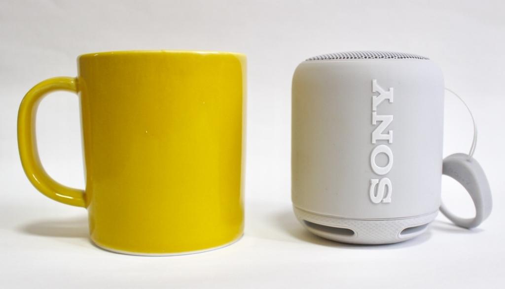 SRS-XB10グレイッシュホワイトと黄色いマグカップ
