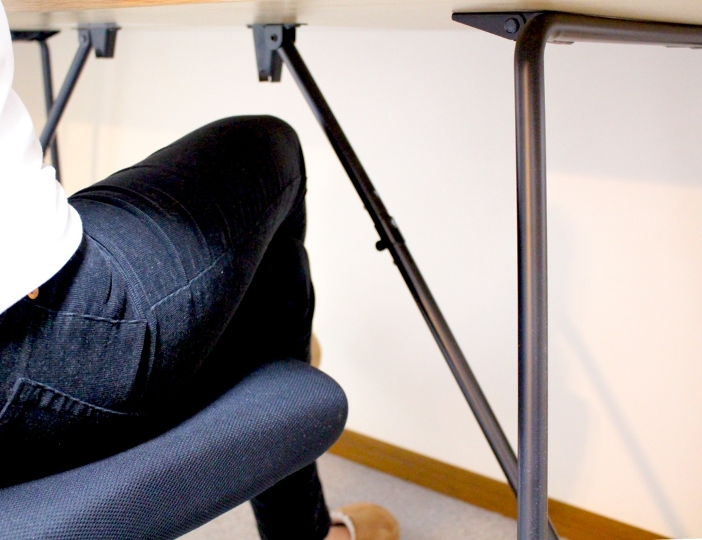 無印良品折りたたみテーブル160cmに座って足組む