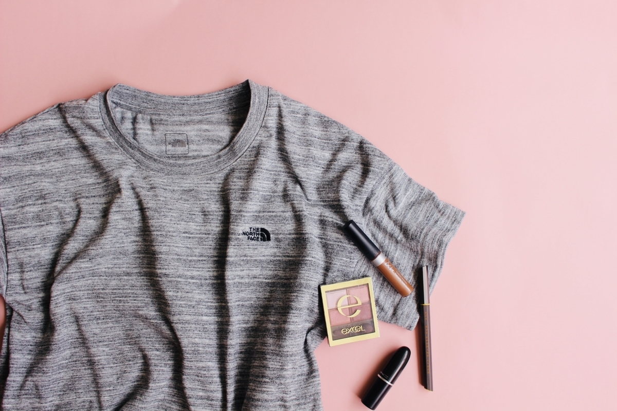グレーのTシャツにくすみピンクメイク